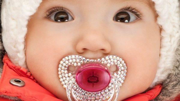 bebe-usando-chupeta-customizada-foto-syda-productionsshutterstockcom-0000000000016717